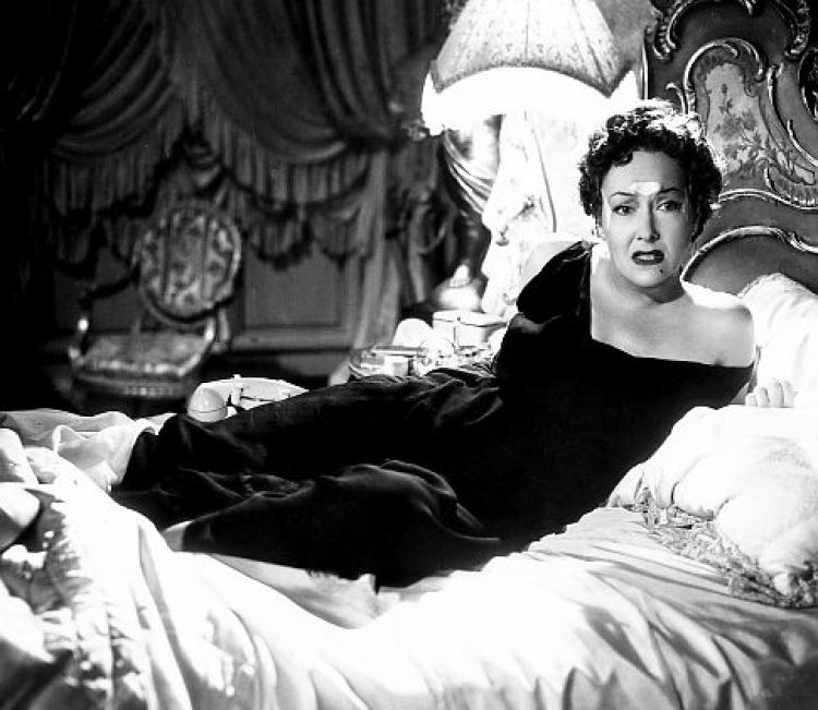 Her ser du Gloria Swansen bruke Frownies i Hollywood-filmen Sunset Boulevard.